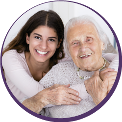 Femme âgée soutenue par une femme plus jeune